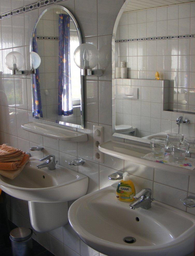 Badezimmer1 · Badezimmer2. 2 Waschbecken Im Bad